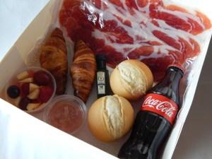 Desayuno salado 3  ¿Quieres una sorpresa romántica? Una caja especial con rosas, champagne, fresas con chocolate y macarons.