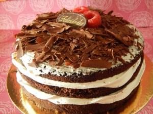 """Selva Negra (desde 6 Porciones) 14  Pastel estilo drip cake de chocolate con diferentes texturas y formas con opción a <strong>deliciosa combinación de vainilla ¡o Kinder Bueno!</strong>  <strong>También disponible</strong> <a href=""""https://bacidangelo-shop.com/producto/drip-cake-de-chocolate-sin-gluten-y-o-vegano/"""">para intolerantes y veganos.</a>  Éste producto se mantiene en perfectas condiciones tras 2 días desde la entrega.    <strong>🕦 Realiza tu pedido antes de las 6:00pm y recíbelo mañana o el día que tu elijas.</strong>"""
