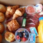 """French breakfast 1  <div class=""""j-module n j-text""""><strong>EL PACK DESAYUNO INCLUYE:</strong>- Zumo de naranja natural 250ml.- 2 croissans de mantequilla.- 2 Mini crêpes de Nutella.- 2 panecillos.-2 mermeladas.- 2 mantequillas.- Macedonia de fruta natural.</div> <strong>🕦 Realiza tu pedido antes de las 6:00pm y recíbelo mañana o el día que tu elijas.</strong>"""