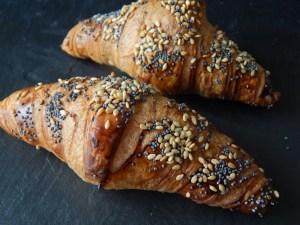 """2 Croissans de cereales 15  <div class=""""j-module n j-text""""><strong>Un desayuno perfecto y completo para que disfrute papá en el trabajo.</strong><strong>EL PACK DESAYUNO INCLUYE:</strong>- Zumo de naranja natural 250ml.- Café Capuccino Starbucks ó Caffé Latte Sturbucks.- 1 donuts cheesecake.- 1 muffin de chocolate.- 2 croissans dejamón ibérico.- Macedonia de fruta natural.- Galleta en forma de bigote.- 1 Tarjeta/Nota incluida.</div> <strong>🕦 Realiza tu pedido antes de las 6:00pm y recíbelo mañana o el día que tu elijas.</strong>"""