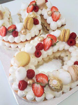 Pastel Número o Letra 3  Puedes disfrutarla de la manera más romántica. Tiene forma de corazón y son preciosamente decoradas con merengues, flores naturales, macarons y frutos rojos.    <strong>🕦 Realiza tu pedido antes de las 6:00pm y recíbelo mañana o el día que tu elijas</strong>