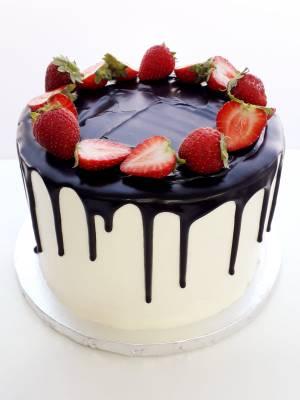 """Drip cake Cremoso de Fresas (desde 8 porciones) 23  Pastel estilo drip cake de chocolate con diferentes texturas y formas con opción a <strong>deliciosa combinación de vainilla ¡o Kinder Bueno!</strong>  <strong>También disponible</strong> <a href=""""https://bacidangelo-shop.com/producto/drip-cake-de-chocolate-sin-gluten-y-o-vegano/"""">para intolerantes y veganos.</a>  Éste producto se mantiene en perfectas condiciones tras 2 días desde la entrega.    <strong>🕦 Realiza tu pedido antes de las 6:00pm y recíbelo mañana o el día que tu elijas.</strong>"""