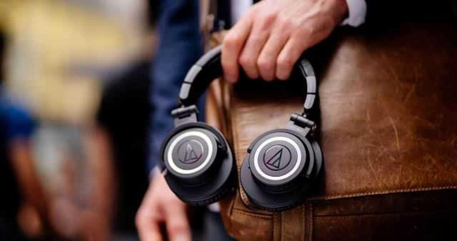 - ATH M50xBT lifestyle 62 2 - Audio Technica นำหูฟังรุ่นยอดนิยม ATH-M50x มาทำใหม่ในรูปแบบไร้สาย เตรียมวางจำหน่ายในไทยราคา 7,690 บาท