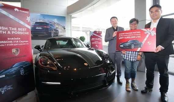 - WinnerfromHUAWEIYearEndFestivalcampaign PhotoRelease - Huawei แจกจริง! ส่งมอบรถ Porsche 718 Cayman มูลค่า 6.6 ล้าน ให้กับผู้โชคดีจากแคมเปญ HUAWEI Year End Festival
