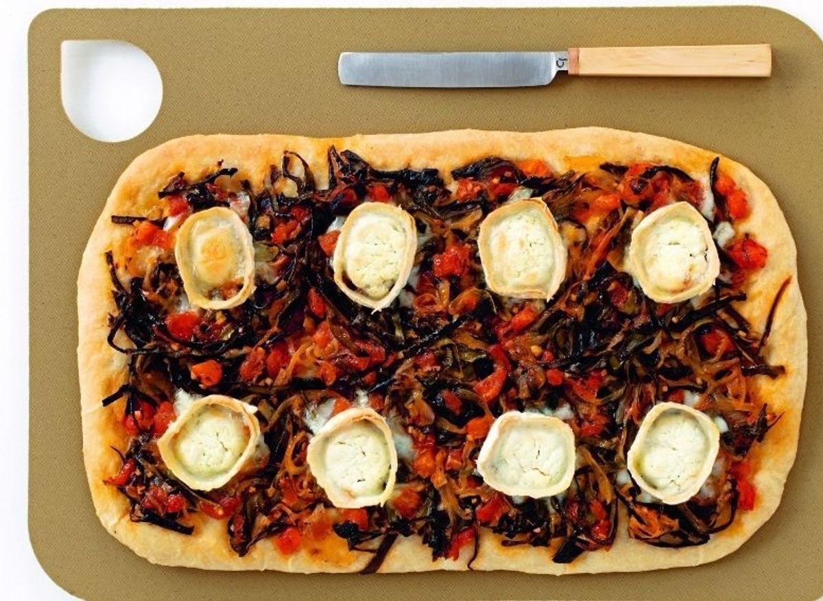 Pizza aux épluchures de courgette et à la bûche de chèvre