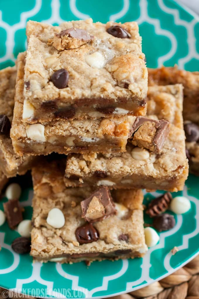 Everything Blondies are an insanely delicious and EASY to make dessert. Buttery, chewy blondies loaded with peanut butter cups, marshmallows, and more!