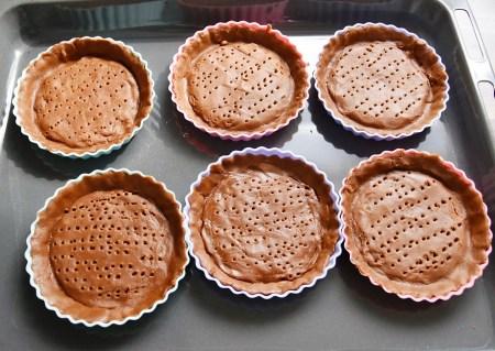 mit Teig ausgelegte Tarteletteformen