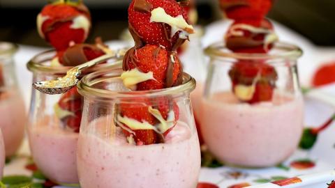 luftiges Erdbeermousse mit Erdbeerspießchen