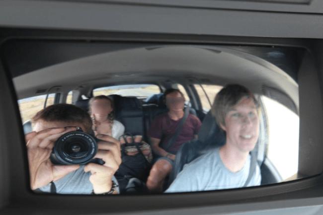 Rückspiegel Selfie im Backpacking Auto