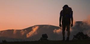 Nachdenklicher Backpacker bei Wanderung