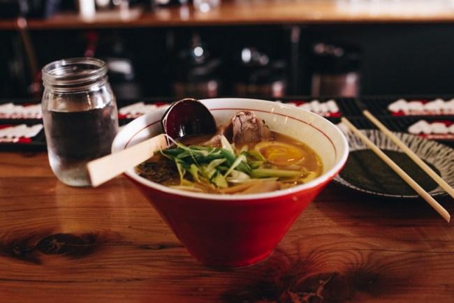 Suppenschüssel mit asiatischen Leckereien
