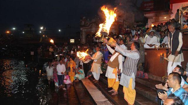 インド(バラナシ) ヒンドゥー教徒によるガートでのお祈りの光景