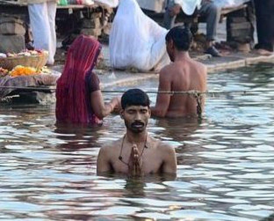 バラナシのガンジス河で沐浴するヒンドゥー教徒