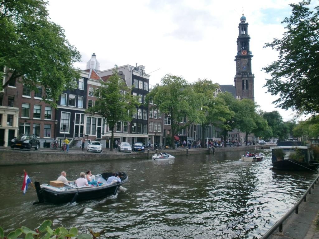 運河と縦長な建物が印象的なアムステルダム