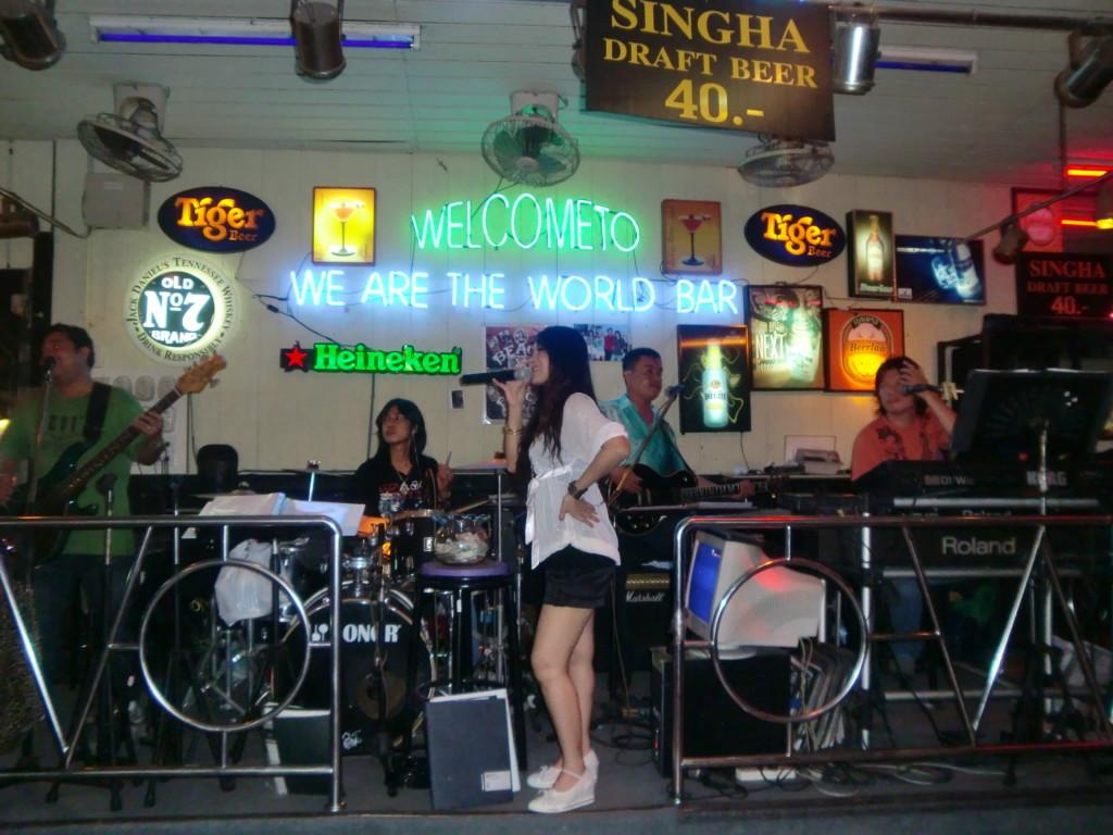 タイ・バンコクのハードロックカフェ生演奏