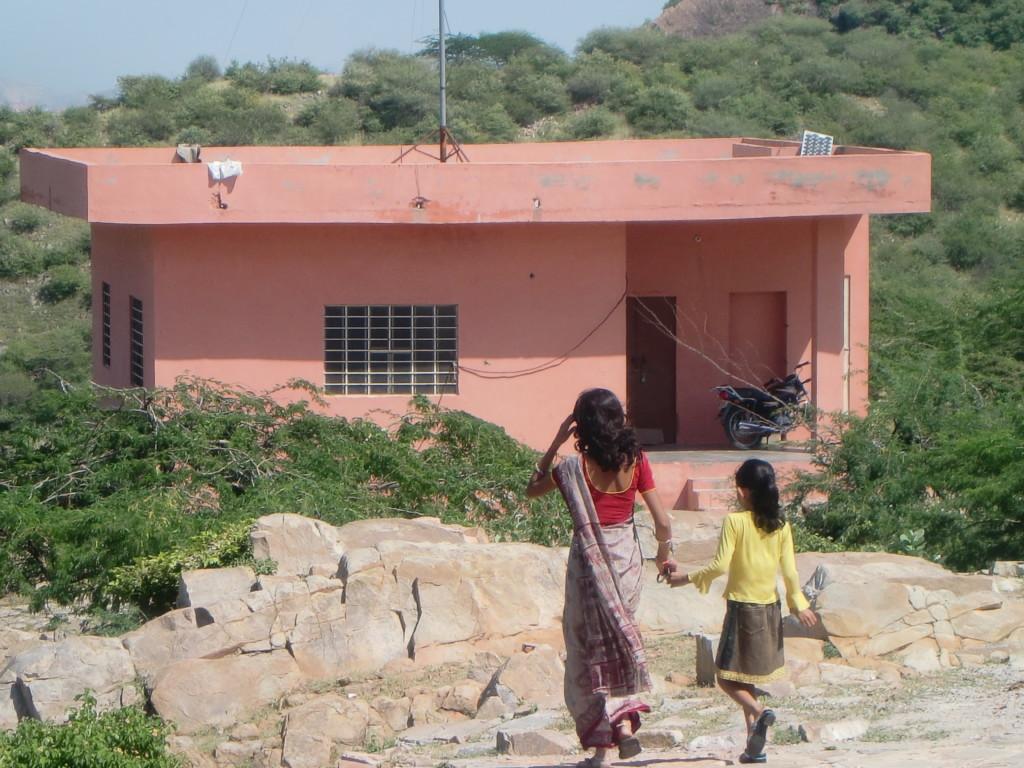 ガルタのサンダル泥棒猿を追いかけるインド人女性