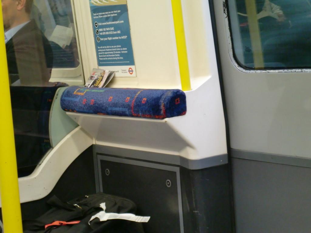 ロンドン市内を走る電車。腰掛けイスがある