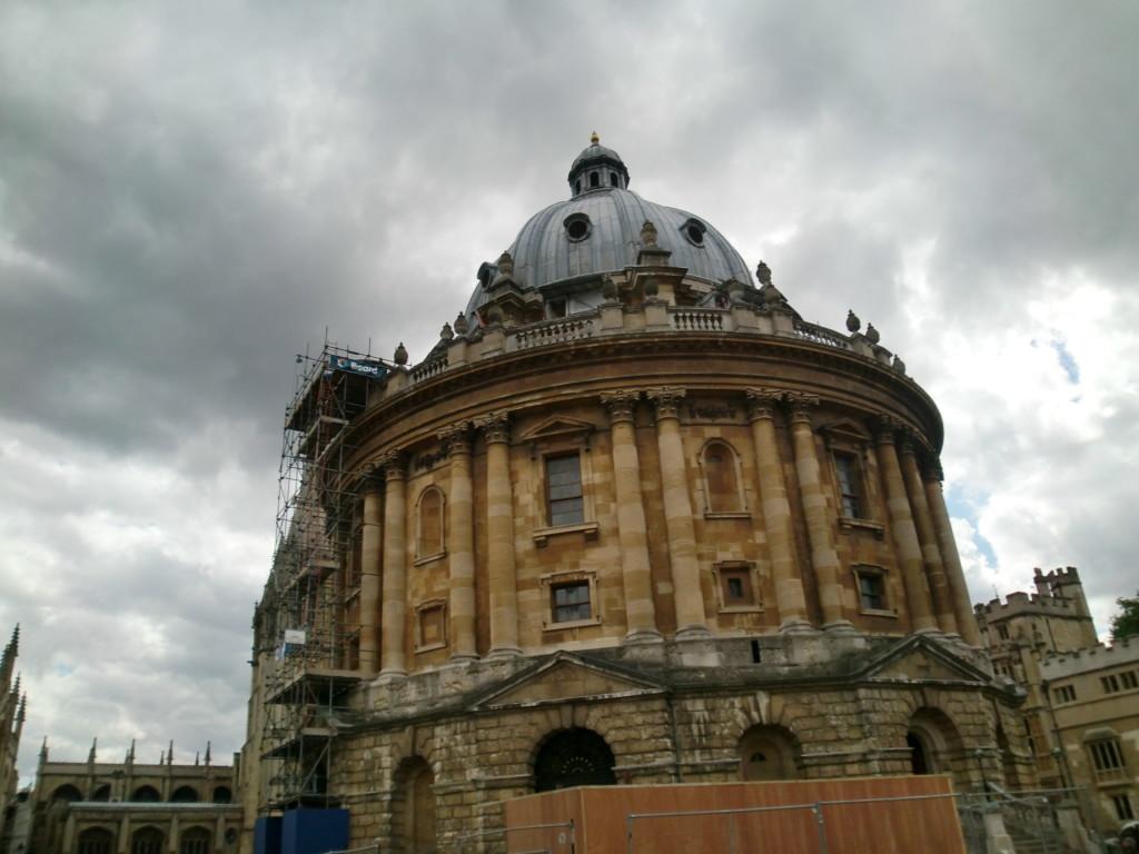 世界有数の名門オックスフォード大学は、電車で1時間ほど。歴史を感じさせる重厚な建物が印象的。