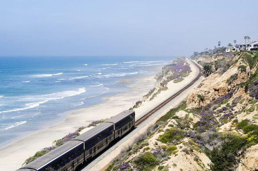 サンディエゴの海岸線を走る電車