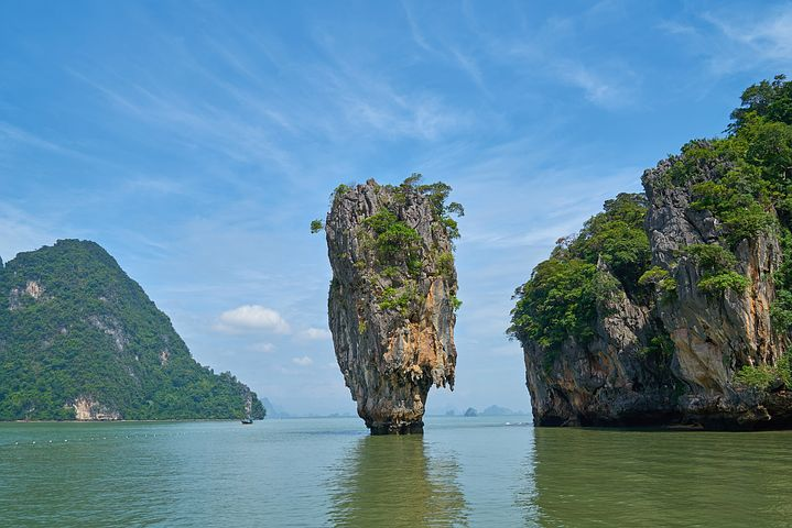 海から突き出した巨大な一枚岩 人気のパンガー湾観光