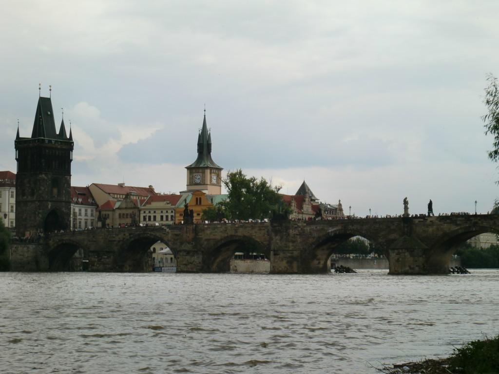 カレル橋は15世紀初期に完成したプラハ最古の橋