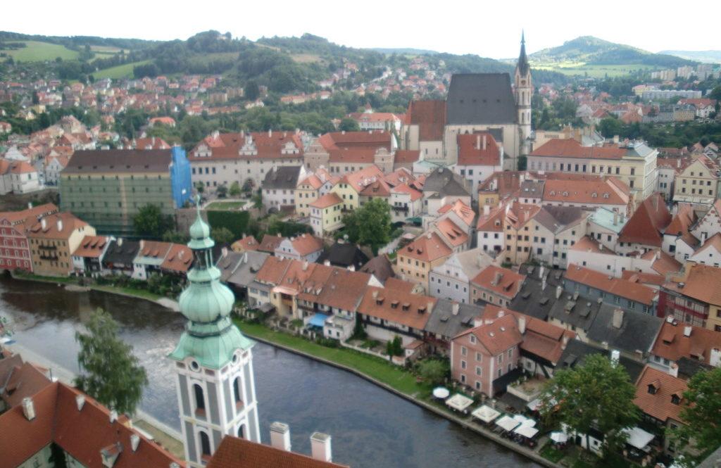 高台にそびえるチェスキークルムロフ城から町の景色が一望