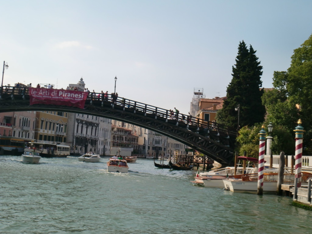 町中には至る所に橋が掛かっているので、ゴンドラに乗らなくても移動できます