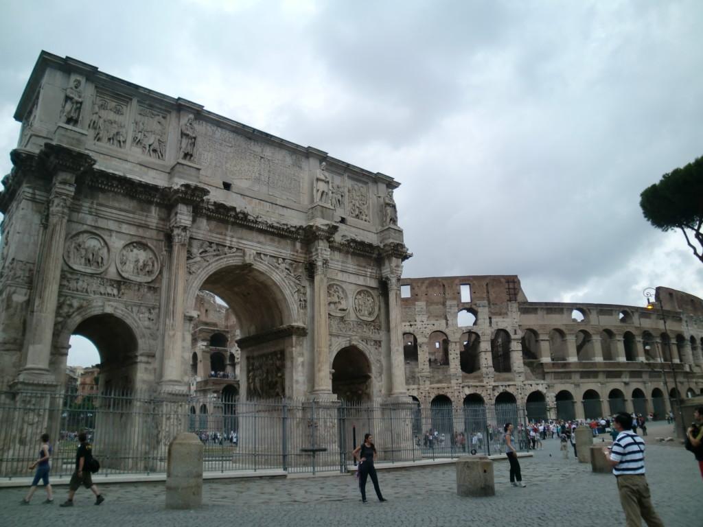 コロッセオとコンスタンティヌス帝の凱旋門は、世界遺産『ローマ歴史地区、教皇領とサン・パオロ・フオーリ・レ・ムーラ大聖堂』として登録されています。