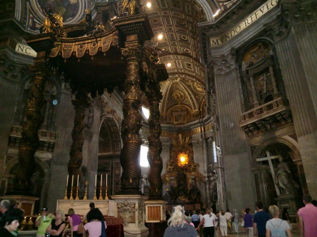 法王の祭壇を覆う、ベルニーニのブロンズの天蓋は太いうねる様な独特の柱の形が特徴的