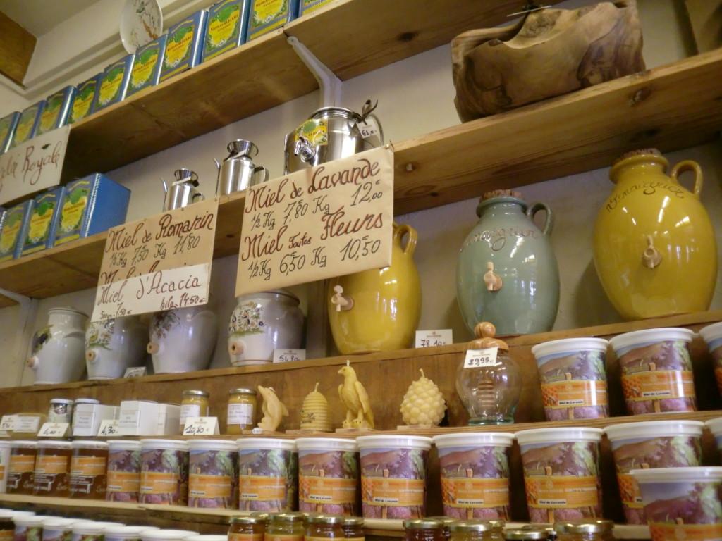 オリーブオイルを入れるお洒落な容器がたくさん。オリーブオイルは美容にも使われているようです。