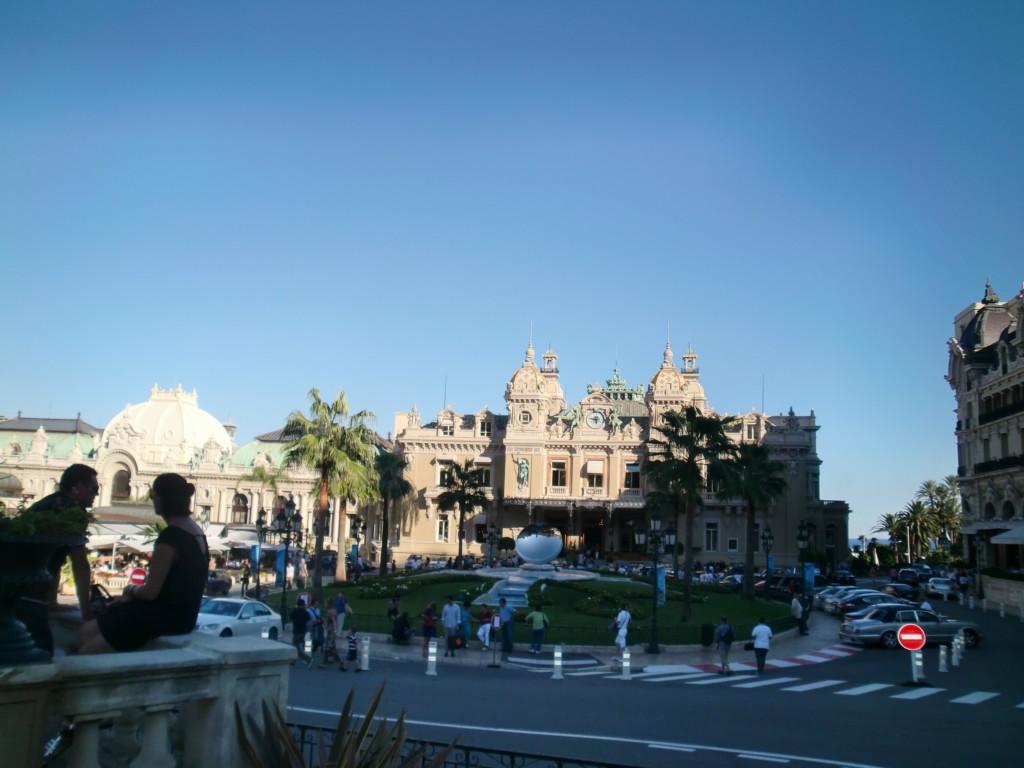 モナコの象徴ともいえるグラン・カジノはパリのオペラ座を設計した建築家シャルル・ガルニエによるもの。