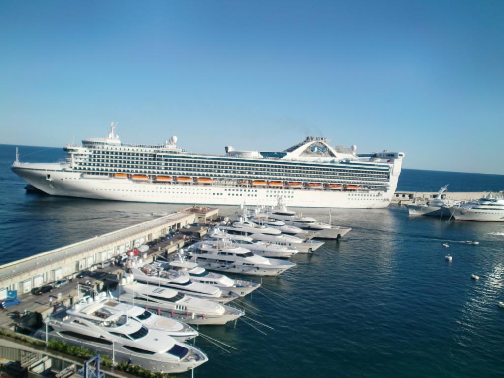 大型の客船も停泊。モナコは異次元のお金のにおいがする…。