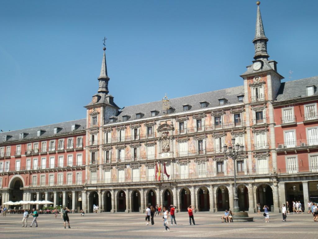 『マヨール広場』は、フェリペ3世が建築家ファン・ゴメス・デ・モラに命じ、1619年に完成させた風格漂う広場