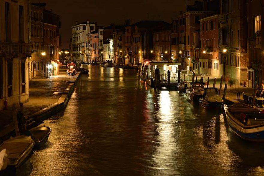 ヴェネチアの夜。陽気な演奏と水面に反射する光