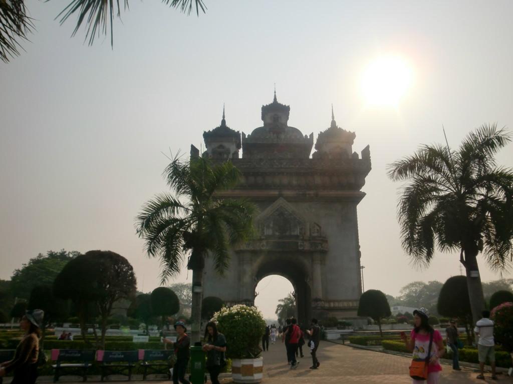 戦死者慰霊の門『パトゥーサイ』