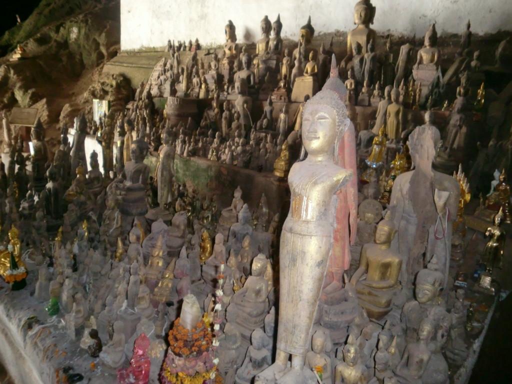 無数の仏像が鎮座する『パークウー洞窟』