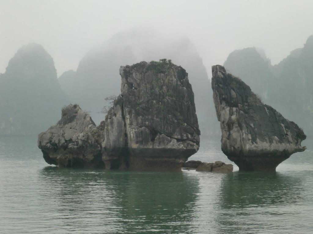 ハロン湾は海面から石灰質の奇岩が大小数千