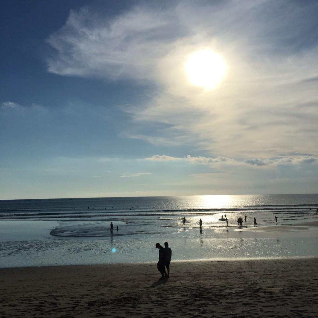 『クタビーチ』でサーフィン