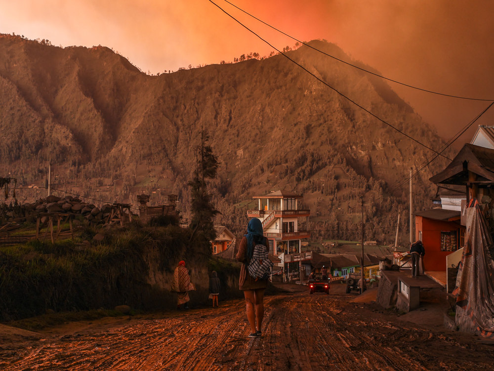 The volcanic ashes and the late afternoon light made us of think of an apocalypse.