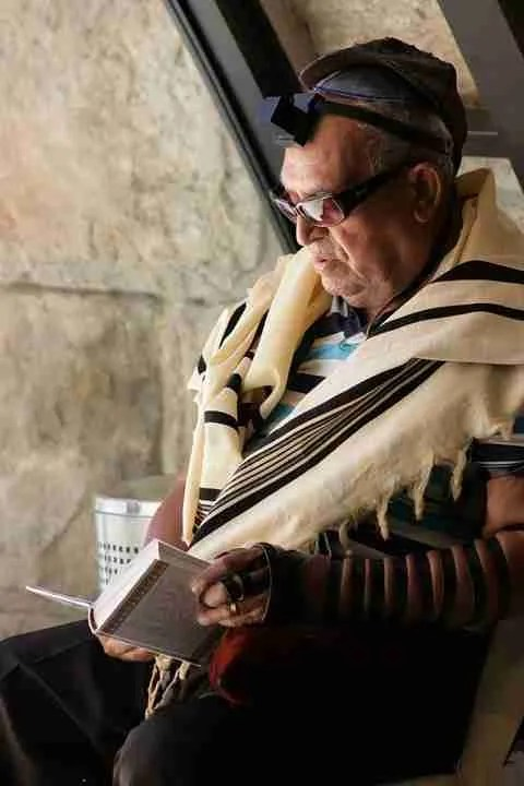 A man praying with tefillin