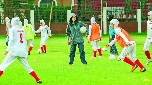 Helena Costa training with the Iranian womens team
