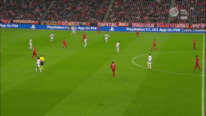 Another example from Bayern-Juve, no chance for verticality, Bayern is being forced towards the sidelines.