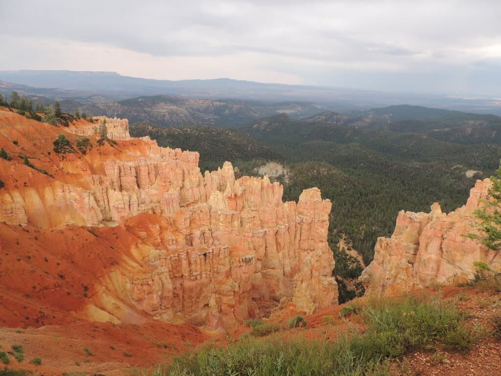 A cloudy afternoon view of the Bryce Canyon voodoos