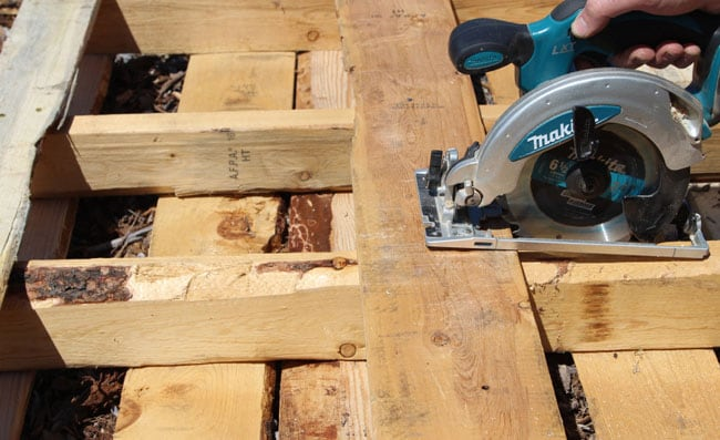 A Simple Guide to Making a Potting Bench from Pallets [DIY] 4