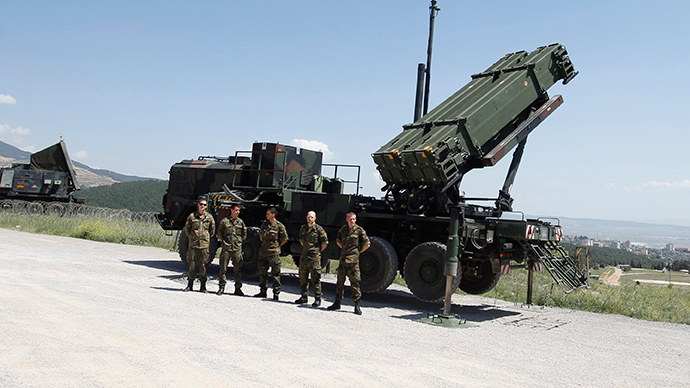 Soldiers of the German armed forces Bundeswehr stand next a Patriot system in Kahramanmaras, Turkey (Reuters / Osman Orsal)