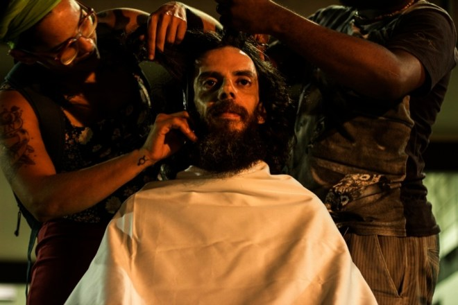 Performance HairCut. Foto de Emerson Santos. Performance de Zimaldo Bacteria.