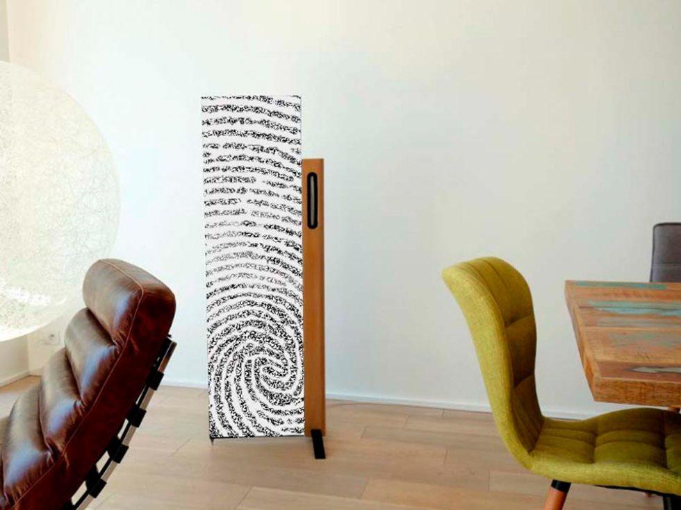 Enceinte parée de sa housse décorative et mise en situation dans un salon contemporain.