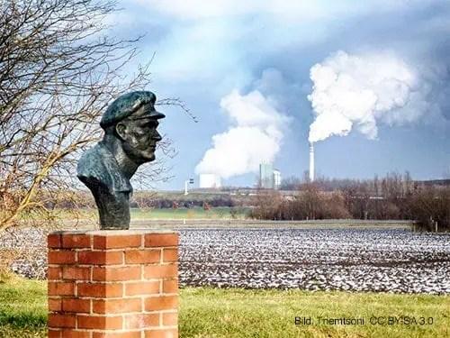 Büste von Ernst Thälmann in Milzau, im Hintergrund das Kraftwerk Schkopau