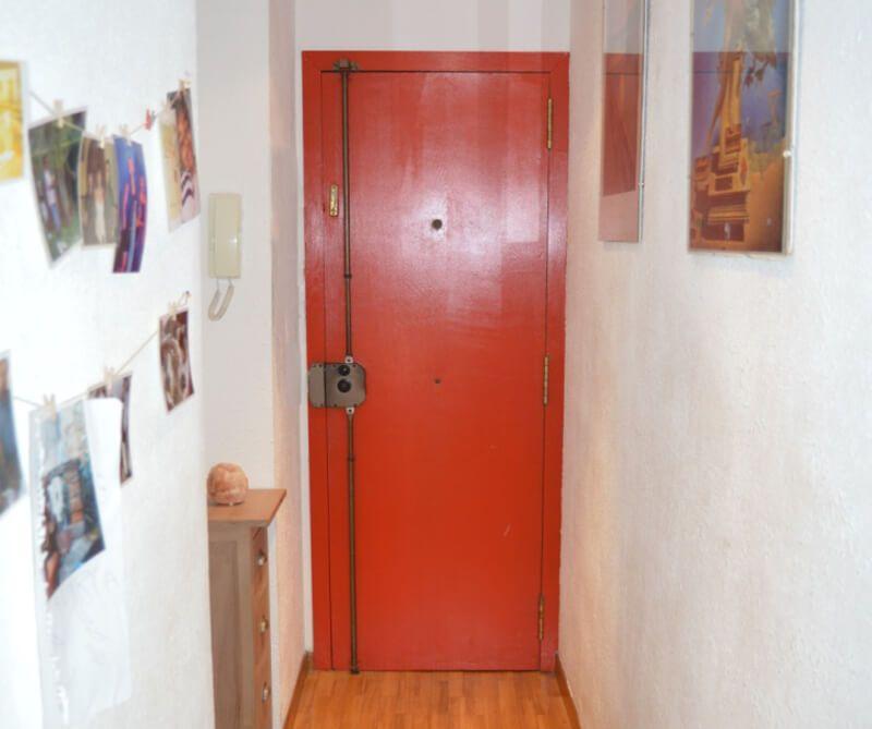 Puerta pontada de rojo