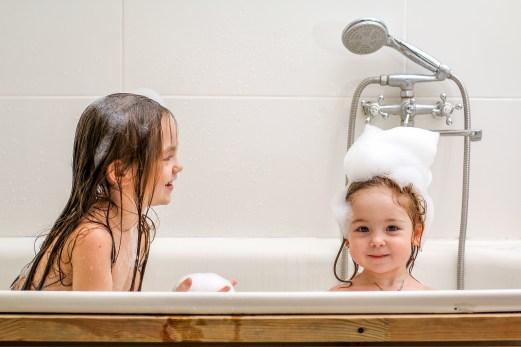 badende barn
